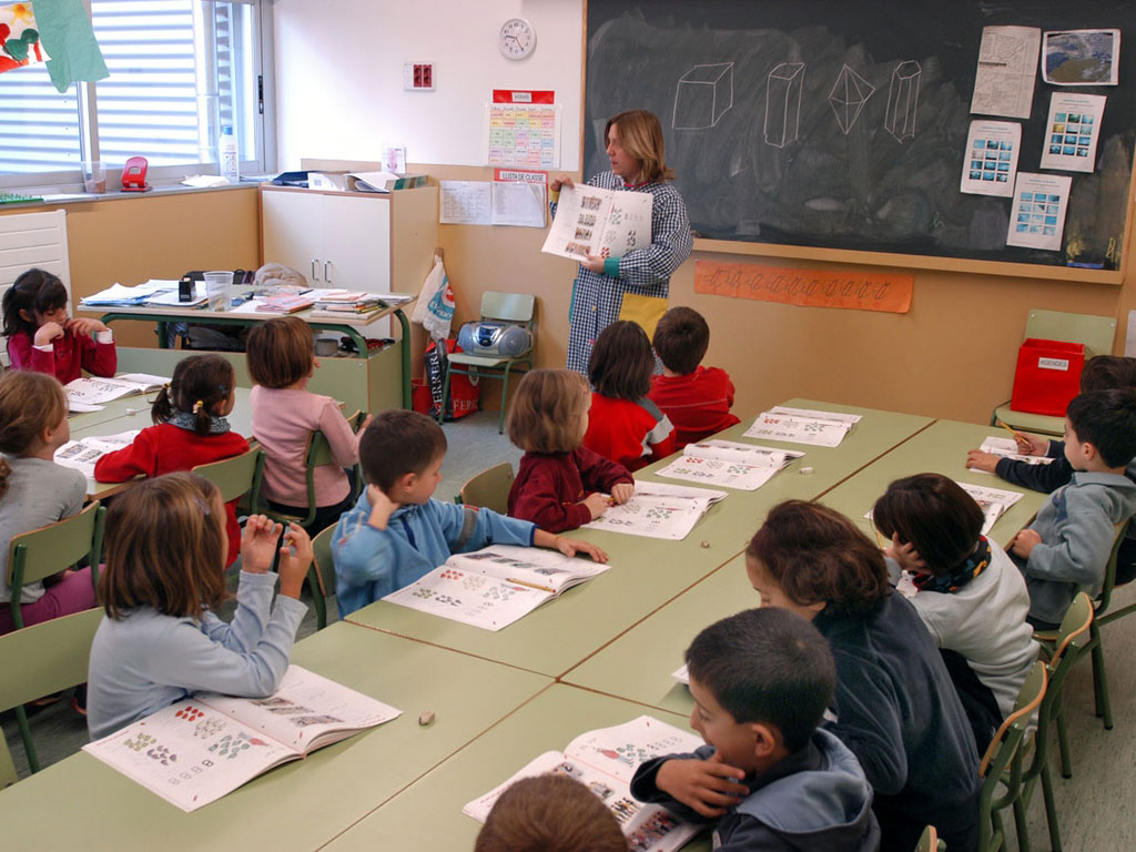 Infants escoltant una professora